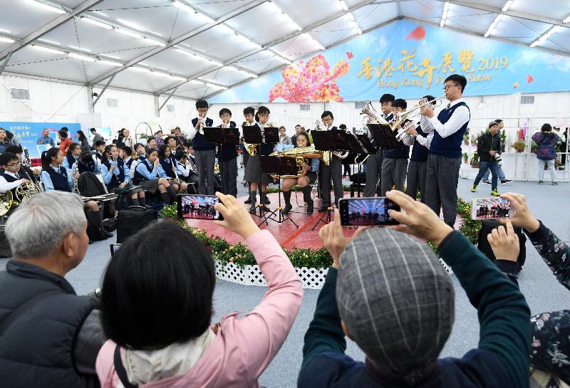 香港花卉展覽星期日(三月二十四日)結束。「花見廊」內除展出植物展品比賽的參賽作品外,亦舉行音樂表演供市民欣賞。