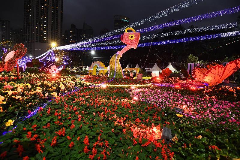 香港花卉展覽星期日(三月二十四日)結束。會場中軸線的園林造景在晚上會加入柔和的燈光和音樂效果,展示花展夜間的美態。