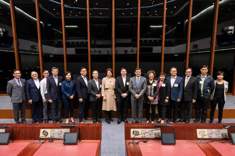 立法會議員與葵青區議會議員今日(三月二十二日)在立法會綜合大樓舉行會議,雙方在會議後合照。