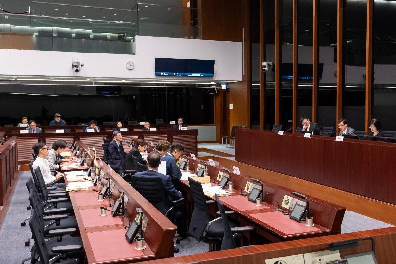 立法會議員與葵青區議會議員今日(三月二十二日)在會議上討論在葵青區內興建升降機及行人天橋設施的要求。