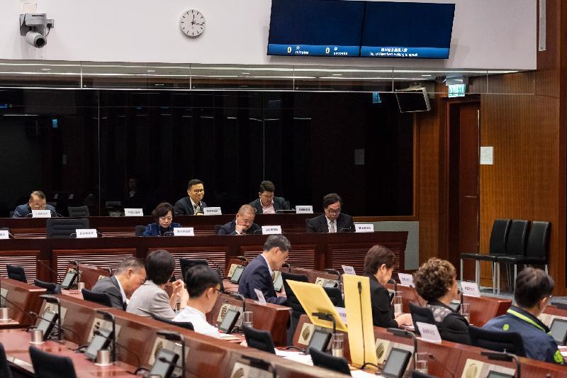 立法會議員與葵青區議會議員今日(三月二十二日)在會議上就解決停車位不足的問題交換意見。