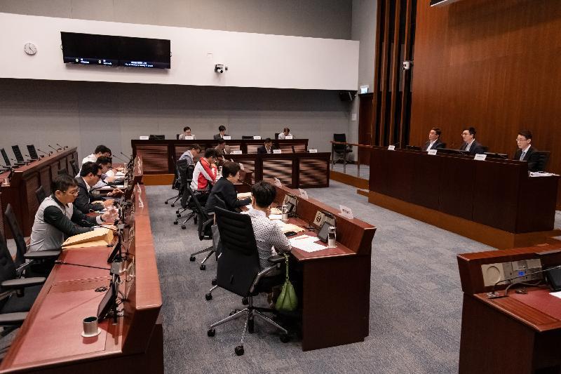 立法會議員與黃大仙區議會議員今日(三月二十二日)在會議上討論在竹園北邨加建無障礙設施。