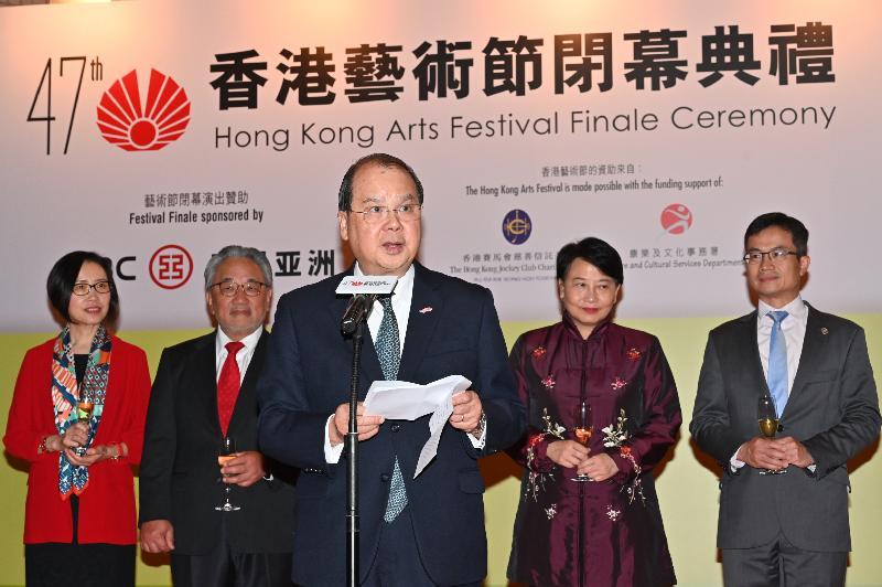 政務司司長張建宗(中)今晚(三月二十三日)在香港文化中心出席第四十七屆香港藝術節閉幕典禮,並在典禮上致辭。