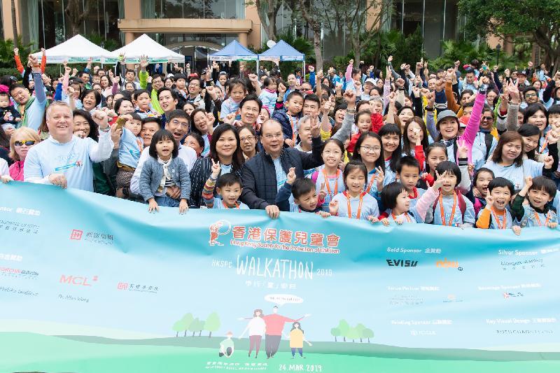 政務司司長張建宗(中)今日(三月二十四日)出席2019香港保護兒童會步行「童」樂日,並與嘉賓及參加者合照。