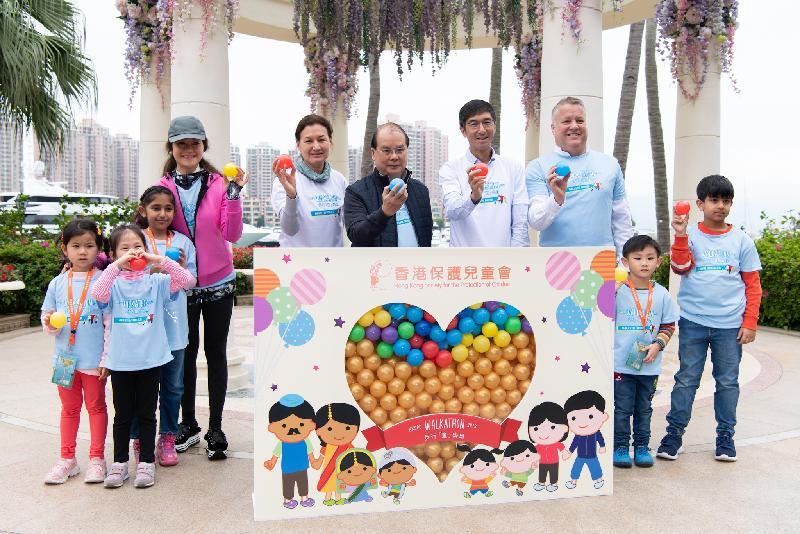政務司司長張建宗(右五)今日(三月二十四日)出席2019香港保護兒童會步行「童」樂日,並與香港保護兒童會執行委員會副主席李永誠(右四)、籌款委員會主席李白玉(右六)、其他嘉賓及參加者主持儀式。