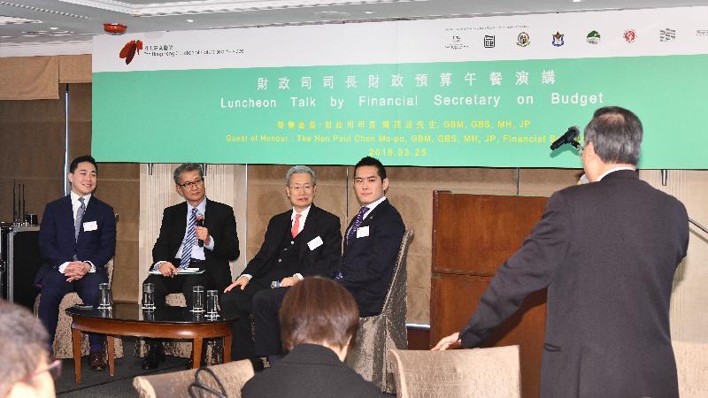 財政司司長陳茂波(左二)今日(三月二十五日)在香港專業聯盟舉辦的「財政司司長財政預算午餐演講」和與會者交流意見。