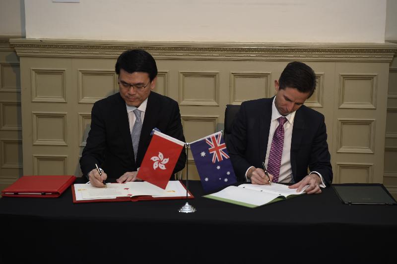 商務及經濟發展局局長邱騰華今日(三月二十六日)上午在澳洲悉尼與澳洲貿易、旅遊和投資部長伯明翰(右)簽署香港與澳洲《自由貿易協定》和《投資協定》。