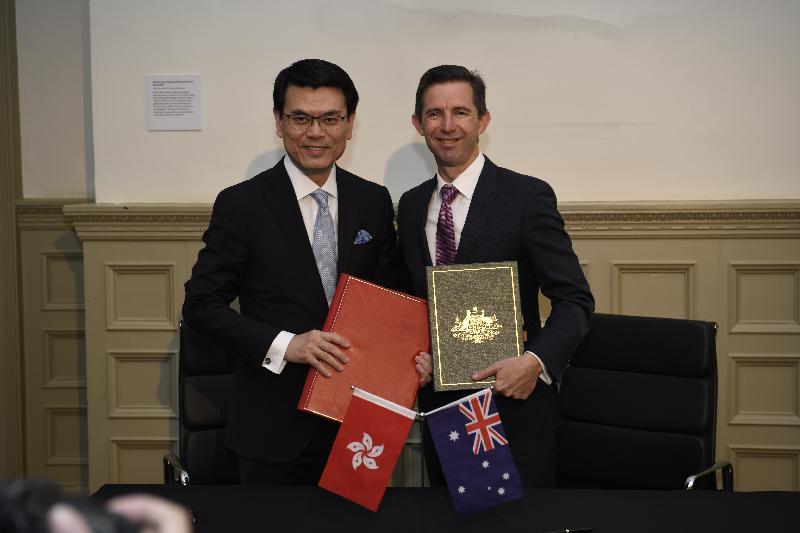 商務及經濟發展局局長邱騰華今日(三月二十六日)上午在澳洲悉尼出席香港與澳洲《自由貿易協定》和《投資協定》簽署儀式,以加強兩地的雙邊經貿關係。圖示邱騰華(左)與澳洲貿易、旅遊和投資部長伯明翰(右)合照。