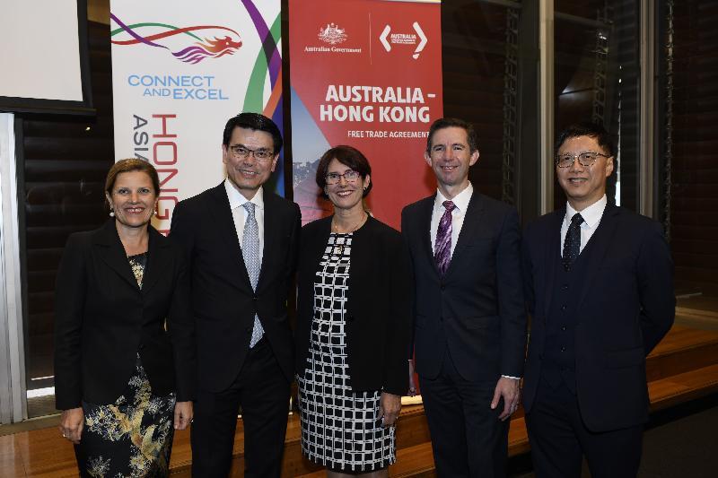 商務及經濟發展局局長邱騰華今日(三月二十六日)上午在澳洲悉尼出席香港與澳洲《自由貿易協定》(《自貿協定》)和《投資協定》簽署儀式。圖示(左起)澳洲駐香港及澳門總領事彭朗寧;邱騰華;《自貿協定》和《投資協定》的澳洲首席談判員Elizabeth Ward;澳洲貿易、旅遊和投資部長伯明翰及香港駐悉尼經濟貿易辦事處處長范偉明在儀式後的早餐會上合照。