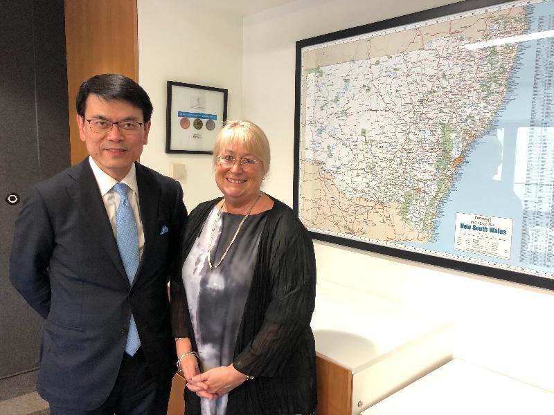 商务及经济发展局局长邱腾华昨日(三月二十五日)在澳洲悉尼到访新南威尔士州旅游局,听取局方介绍当地旅游业的最新发展,并了解其推广各项盛事活动的策略。图示邱腾华(左)与新南威尔士州旅游局行政总裁Sandra Chipchase合照。