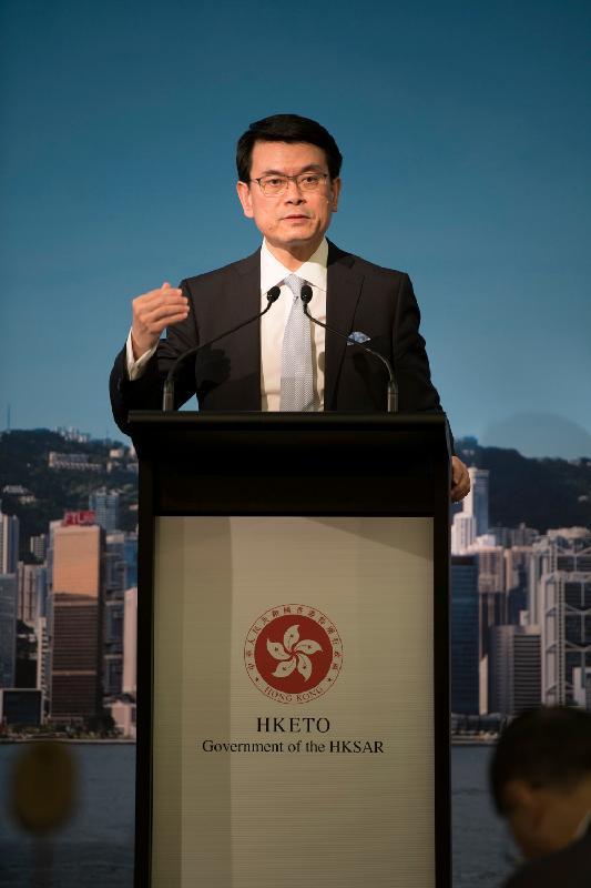 商务及经济发展局局长邱腾华今日(三月二十六日)在澳洲悉尼出席午餐研讨会,鼓励澳洲企业利用香港与澳洲签订的《自由贸易协定》和《投资协定》扩大在香港的投资。图示邱腾华在午餐研讨会发表主题演讲。