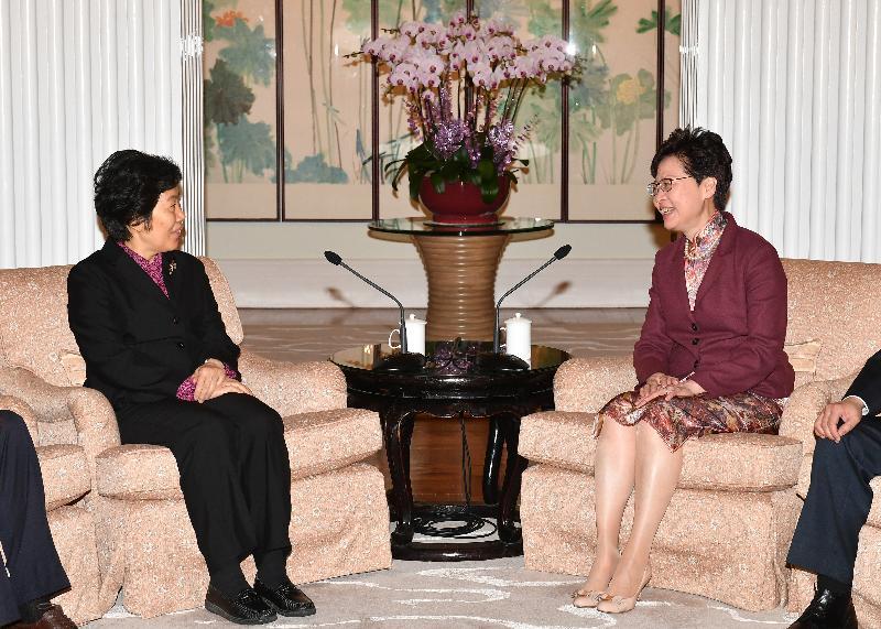 行政長官林鄭月娥(右)今日(三月二十六日)下午在禮賓府與國家審計署審計長胡澤君(左)會面。