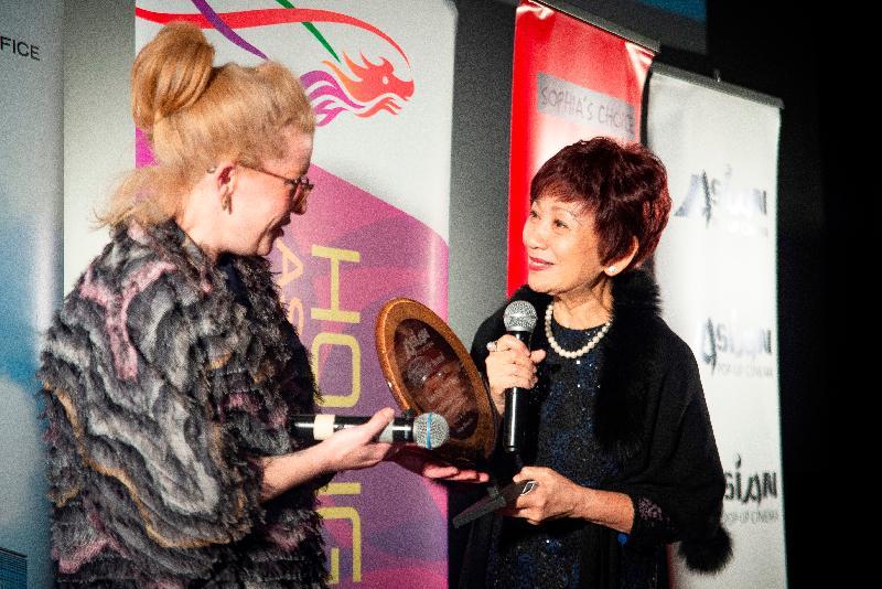 香港駐紐約經濟貿易辦事處(駐紐約經貿辦)再次聯同芝加哥亞洲躍動電影展,在當地推廣香港電影和業界人才。影展主辦單位並於昨日(芝加哥時間三月二十六日)向香港資深女演員鮑起靜(右)頒發「事業成就獎」。