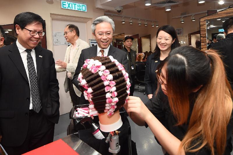公務員事務局局長羅智光今日(三月二十八日)到訪西貢區。圖示羅智光(左三)參觀職業訓練局青年學院(邱子文),了解學院的教學設施及學員的學習情況。