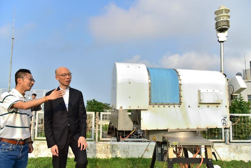 环境局局长黄锦星(右)今日(三月二十八日)到访澳门地球物理暨气象局,并参观该局的微波辐射计。