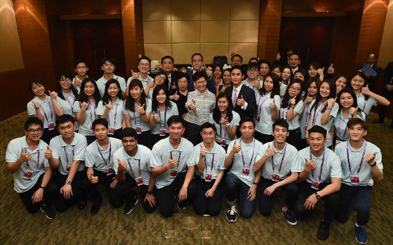 行政長官林鄭月娥今日(三月二十七日)晚上在海南與在博鰲亞洲論壇2019年年會擔任志願者的香港學生會面,了解他們的工作。圖示林鄭月娥(中排左七)與學生志願者合照。