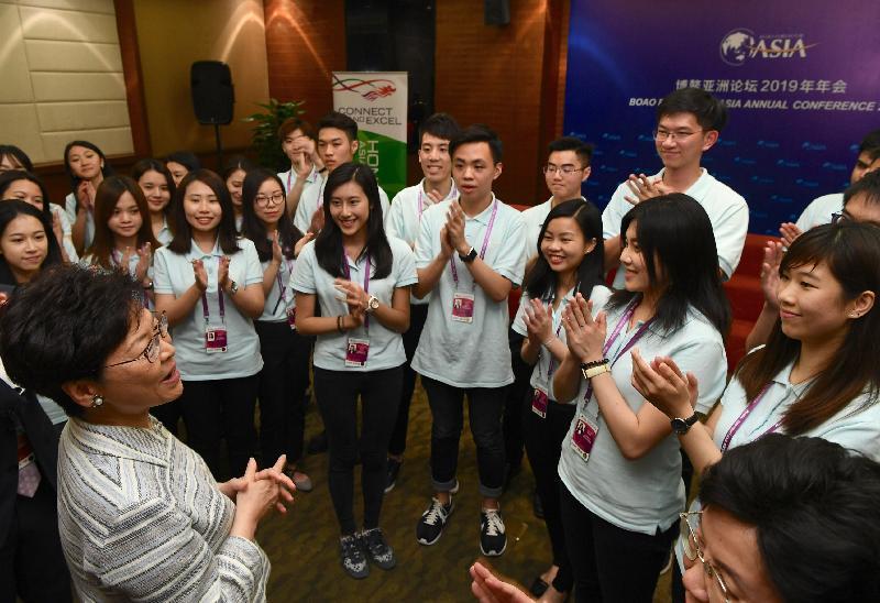 行政長官林鄭月娥(前排左一)今日(三月二十七日)晚上在海南與在博鰲亞洲論壇2019年年會擔任志願者的香港學生會面,了解他們的工作。
