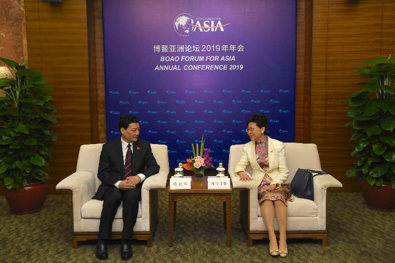 行政長官林鄭月娥(右)今日(三月二十八日)在海南出席博鰲亞洲論壇2019年年會期間,與國務院國有資產監督管理委員會主任肖亞慶會面。