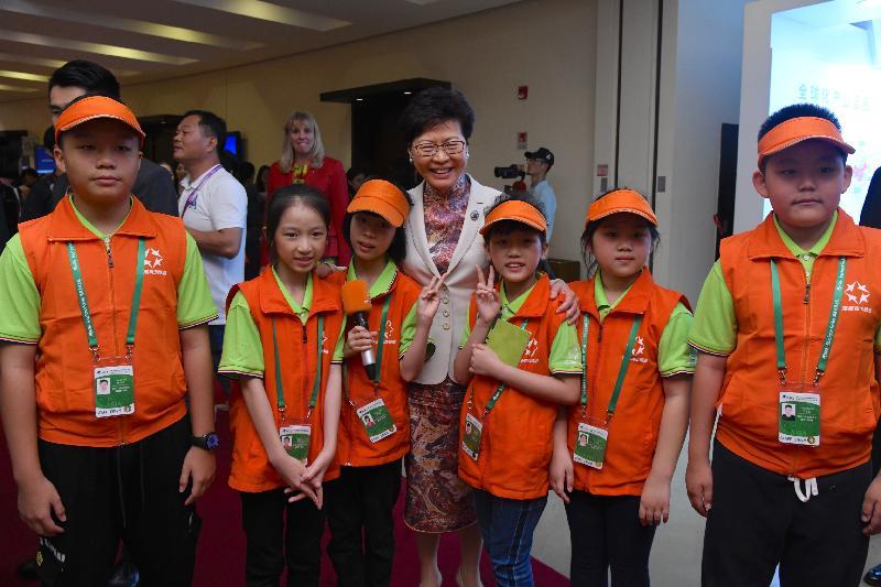 行政長官林鄭月娥(中)今日(三月二十八日)在海南出席博鰲亞洲論壇2019年年會期間,與在會場採訪的兒童記者合照。