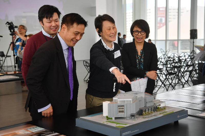 经过大型扩建和修缮工程,香港艺术馆今年十一月以全新面貌开放予公众参观。康乐及文化事务署助理署长(文博)陈承纬(左二)、建筑署高级建筑师冯慧雯(右二)、香港艺术馆总馆长谭美儿(右一)和建筑署建筑师刘伟健(左一)今日(三月二十九日)向传媒介绍艺术馆翻新后的建筑特色。