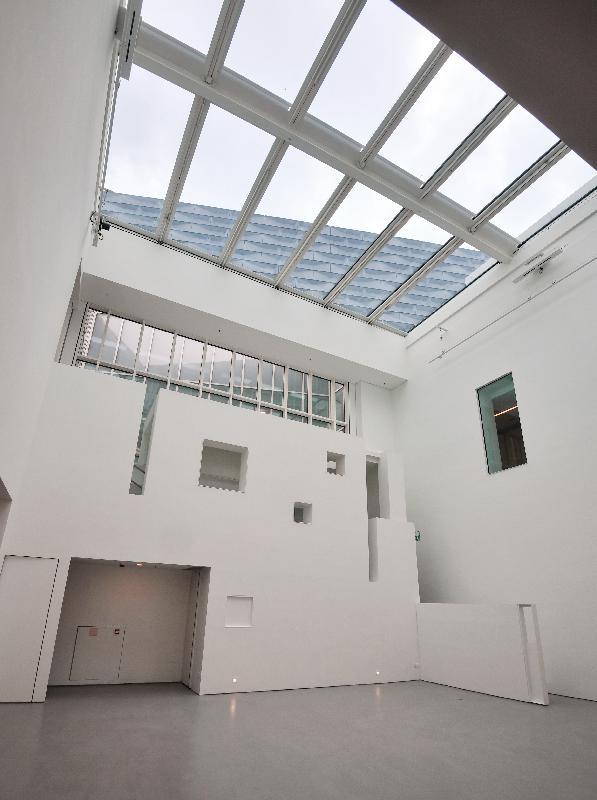 经过大型扩建和修缮工程,香港艺术馆今年十一月以全新面貌开放予公众参观。图示设于艺术馆新翼大楼的双层展厅,楼高九米,用以展示巨型艺术品。