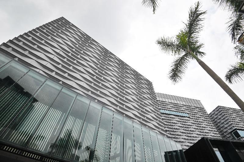 经过大型扩建和修缮工程,香港艺术馆今年十一月以全新面貌开放予公众参观。艺术馆外墙的设计概念来自维多利亚港的波纹。