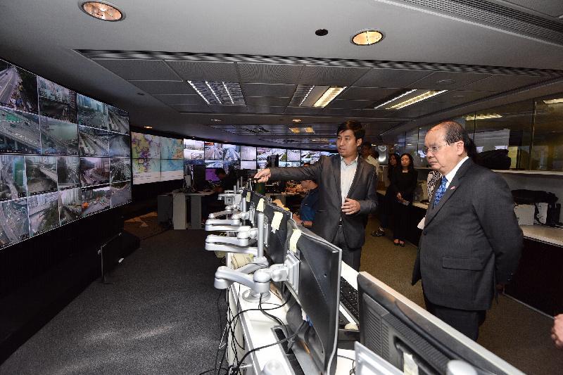 政务司司长张建宗(右一)今日(三月二十九日)下午到访运输署,了解区域交通控制系统的运作。