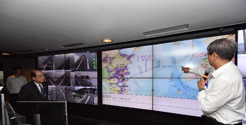 政务司司长张建宗今日(三月二十九日)下午到访运输署。图示张建宗(左二)观察该署就交通管制及监察系统在港珠澳大桥的操作示范。