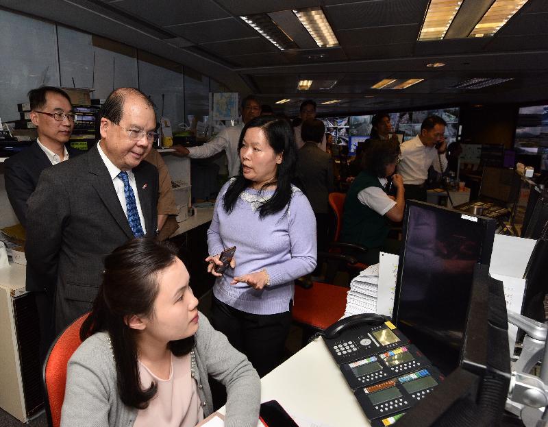 政务司司长张建宗(左二)今日(三月二十九日)下午到访运输署,视察紧急事故交通协调中心的运作。