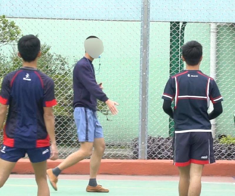 懲教署今日(三月三十一日)推出名為「達陣Try」的短片,青少年在囚人士在片中講述參加「非撞式欖球裁判先修課程」後的得。圖示一名青少年在囚人士與香港非撞式欖球代表隊成員進行友誼賽時擔任裁判。