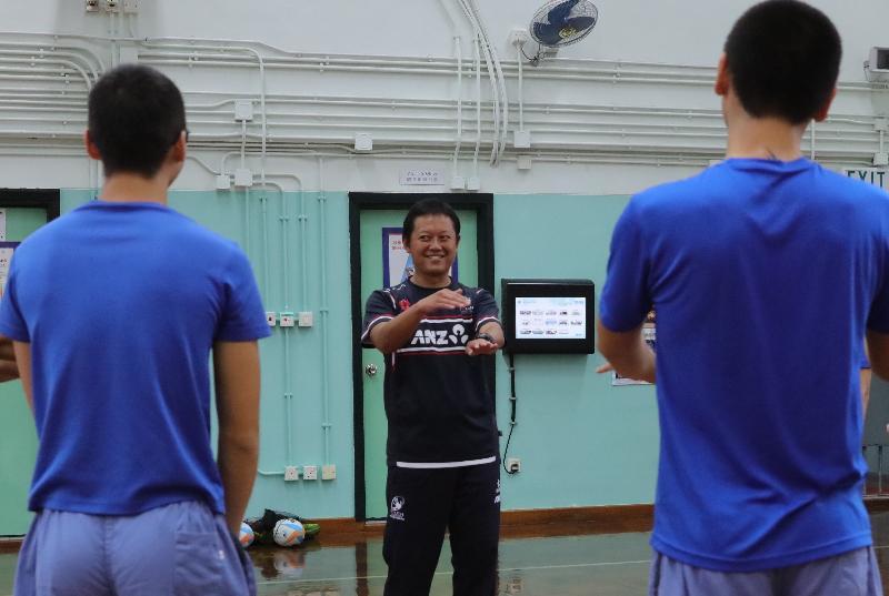 懲教署今日(三月三十一日)推出名為「達陣Try」的短片,青少年在囚人士在片中講述參加「非撞式欖球裁判先修課程」後的得。圖示香港非撞式欖球代表隊主教練翁志豐教導青少年在囚人士裁判口令和手勢。