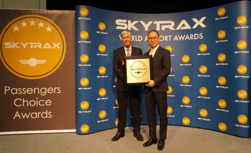 入境事务处处长曾国卫(右)三月二十七日在伦敦从Skytrax行政总裁Edward Plaisted(左)接过「Skytrax 2019全球最佳机场出入境服务大奖」。