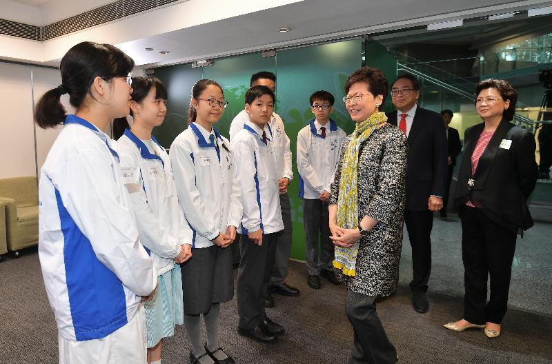 行政長官林鄭月娥今日(三月三十一日)出席第二屆「名師高徒」導師計劃啟動禮。圖示林鄭月娥(右三)與參加計劃的學生交談。