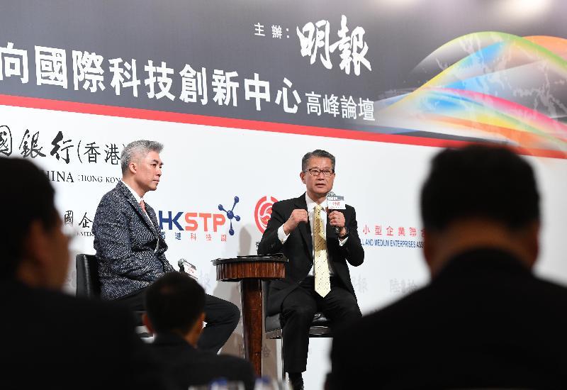 財政司司長陳茂波(右)今日(四月一日)出席明報「香港再定位:邁向國際科技創新中心」高峰論壇午餐會,並在論壇的答問環節回應參加者提問。