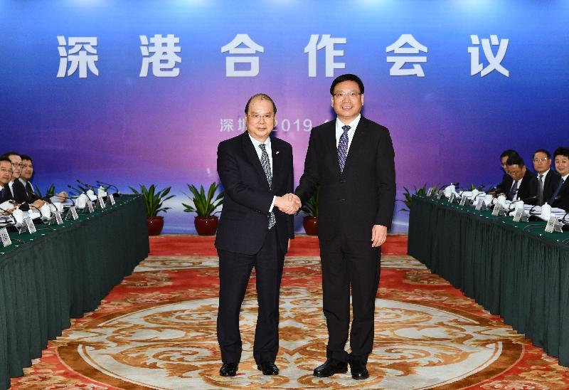 政務司司長張建宗今日(四月二日)下午與深圳市市長陳如桂在深圳五洲賓館共同主持深港合作會議。圖示張建宗(左)與陳如桂(右)在會議前握手。