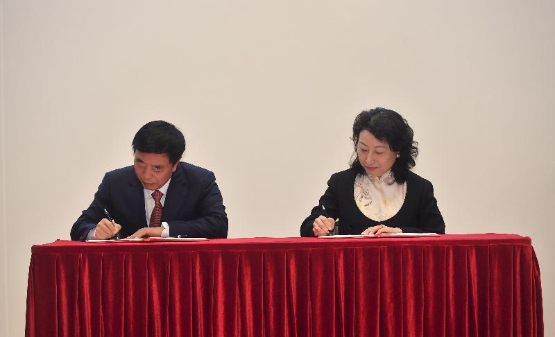律政司與最高人民法院今日(四月二日)簽署《關於內地與香港特別行政區法院就仲裁程序相互協助保全的安排》(《安排》)。圖示律政司司長鄭若驊資深大律師(右)與最高人民法院副院長楊萬明(左)在儀式上簽署《安排》。
