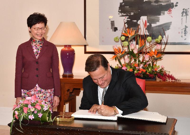 行政長官林鄭月娥(左)今日(四月二日)在禮賓府與訪港的巴拿馬總統胡安.卡洛斯.巴雷拉.羅德里格斯會面。圖示巴雷拉.羅德里格斯(右)在禮賓府的貴賓冊簽名留念。