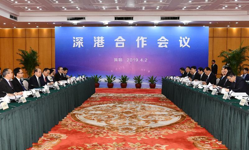 政务司司长张建宗(左三)今日(四月二日)下午与深圳市市长陈如桂(右二)在深圳五洲宾馆共同主持深港合作会议。