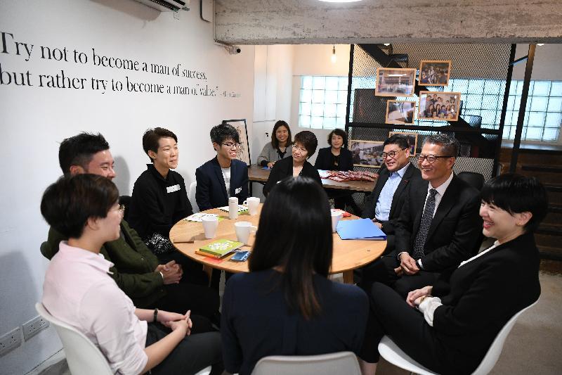 財政司司長陳茂波(右二)今日(四月三日)在中西區區議會主席葉永成(右三)和中西區民政事務專員黃何詠詩(右一)陪同下,到訪區內的共享工作空間,與青年創業者交流。