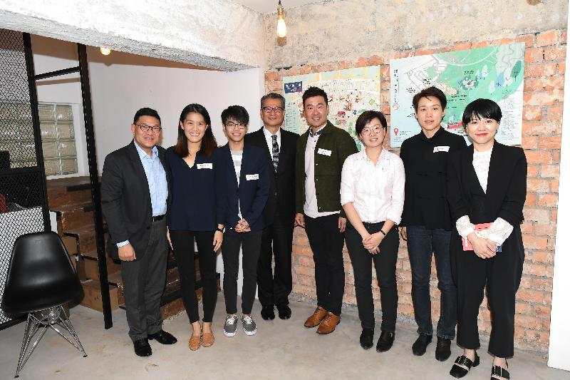 財政司司長陳茂波今日(四月三日)到訪中西區的共享工作空間。圖示陳茂波(左四)與中西區區議會主席葉永成(左一)、中西區民政事務專員黃何詠詩(右一)和青年創業者合照。