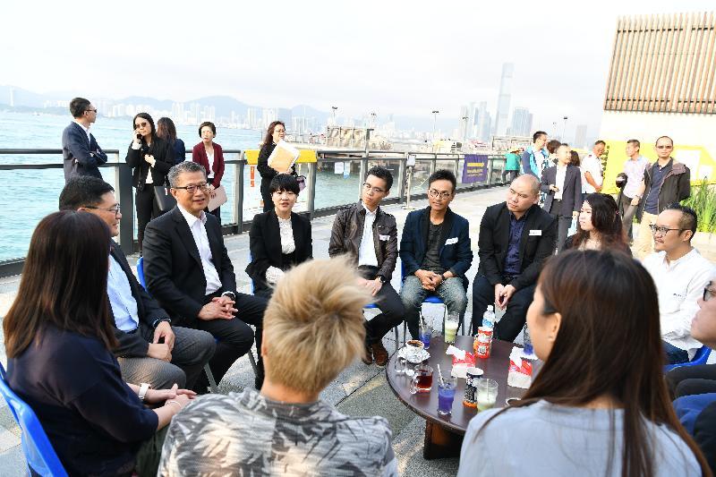 財政司司長陳茂波(左三)今日(四月三日)在中西區區議會主席葉永成(左二)和中西區民政事務專員黃何詠詩(左四)陪同下參觀中西區海濱長廊,並與當區青年網絡團體會面交流。