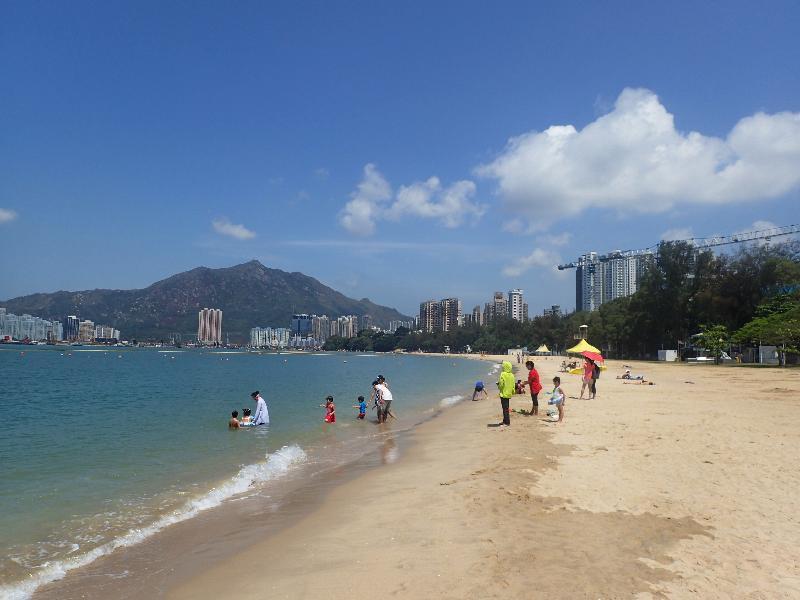 《二○一八年香港泳灘水質年報》顯示全港所有憲報公布泳灘水質連續第九年全面符合水質指標。圖示位於屯門區的黃金泳灘,其水質是自監察以來首次獲評為「良好」級別。