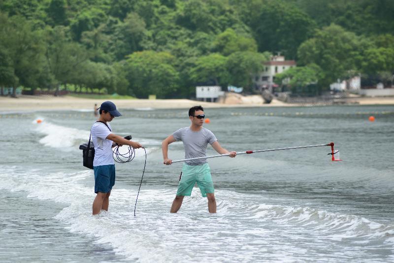 《二○一八年香港泳灘水質年報》顯示全港所有憲報公布泳灘水質連續第九年全面符合水質指標。圖示環境保護署人員在泳灘實地抽取海水樣本及量度現場數據。