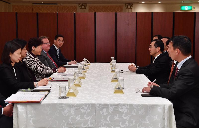 行政長官林鄭月娥(左三)昨日(四月七日)在日本東京與日本貿易振興機構理事長佐々木伸彦(右三)會面。投資推廣署署長傅仲森(左四)和香港駐東京經濟貿易首席代表翁佩雯(左二)亦有出席。