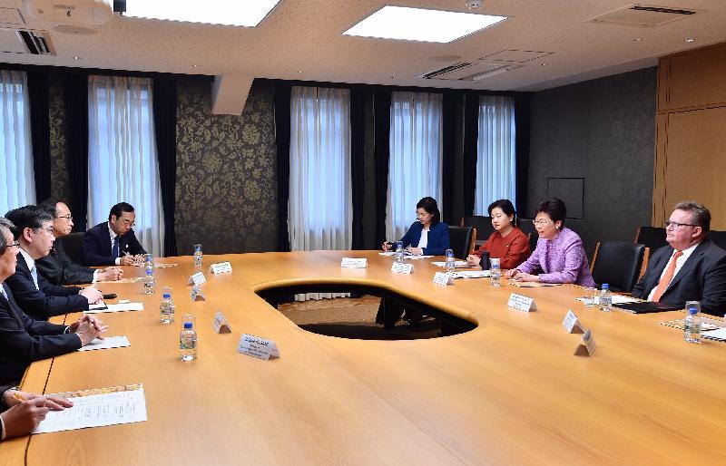 行政長官林鄭月娥今日(四月八日)上午在日本東京參觀東京大學。圖示林鄭月娥(右二)與東京大學校長五神真博士(左二)交流。投資推廣署署長傅仲森(右一)和香港駐東京經濟貿易首席代表翁佩雯(右三)亦有出席。
