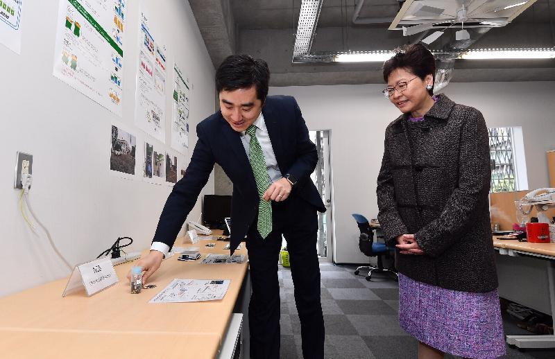 行政長官林鄭月娥今日(四月八日)上午在日本東京參觀東京大學。圖示林鄭月娥(右)與獲大學提供支持的創業者交流。