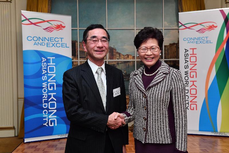 行政長官林鄭月娥昨日(四月七日)在日本東京與日本貿易振興機構理事長佐々木伸彦會面。圖示林鄭月娥(右)和佐々木伸彦在會面後合照。