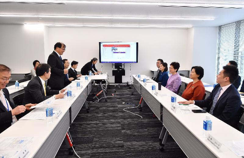 行政長官林鄭月娥今日(四月八日)下午在東京繼續日本訪問行程。圖示林鄭月娥(右四)參觀日本國立癌症研究中心,並聽取日本國立癌症研究中心理事長中釜齊博士(左三)的介紹。香港駐東京經濟貿易首席代表翁佩雯(右二)亦有出席。