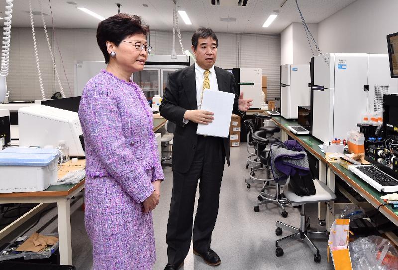 行政長官林鄭月娥今日(四月八日)下午在東京繼續日本訪問行程。圖示林鄭月娥(左)參觀日本國立癌症研究中心。