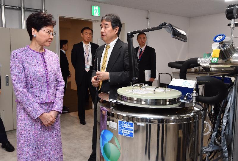 行政長官林鄭月娥今日(四月八日)下午在東京繼續日本訪問行程。圖示林鄭月娥(左一)參觀日本國立癌症研究中心。
